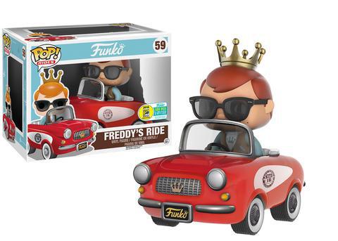 Freddy (la mascota de Funko) con su coche rojo